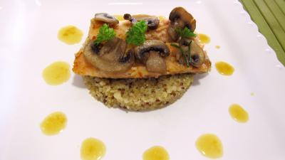 plat complet : Assiette d'éffilochés de truite et son quinoa en risotto aux champignons