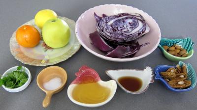 Ingrédients pour la recette : Chou rouge aux pommes et crudités