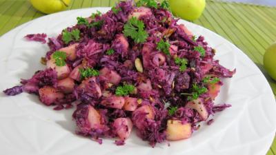 Image : Assiette de chou rouge aux pommes et crudités