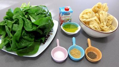 Ingrédients pour la recette : Epinards à la crème fondante et tagliatelles