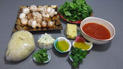 Ingrédients pour la recette : Pizza aux épinards et aux champignons