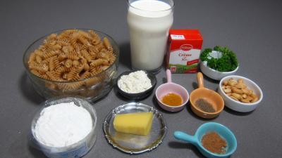 Ingrédients pour la recette : Torsades gratinées à la béchamel et aux cacahuètes