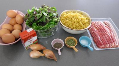 Ingrédients pour la recette : Brouillade de salades aux coquillettes