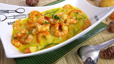 topinambour : Soupière de soupe de gambas à la crème de coco