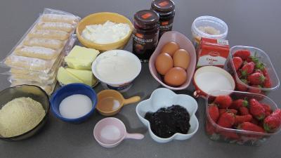 Ingrédients pour la recette : Gâteau aux fromages à la purée fraises, myrtilles, cassis Vitabio