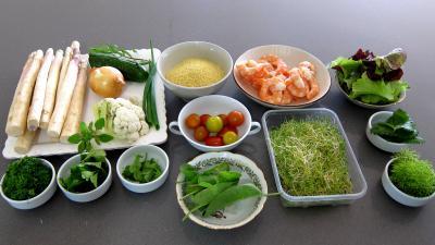 Ingrédients pour la recette : Couscous, légumes, fines herbes et gambas