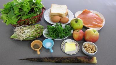Ingrédients pour la recette : Roulades de saumon fumé et sa salade