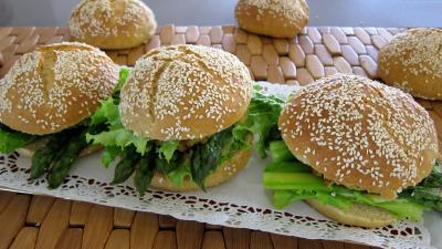 Image : Plat d'hamburgers au cabillaud et aux asperges
