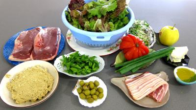 Ingrédients pour la recette : Magrets en brochettes à la plancha en salade