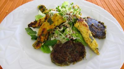 curcuma poudre : Assiette de fingers de poulet et ses galettes de laitue