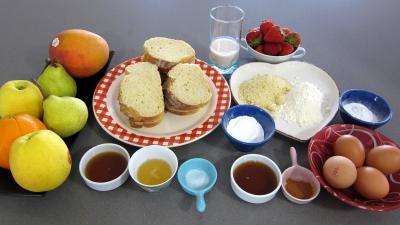 Ingrédients pour la recette : Pain perdu et ses brochettes de fruits à la plancha