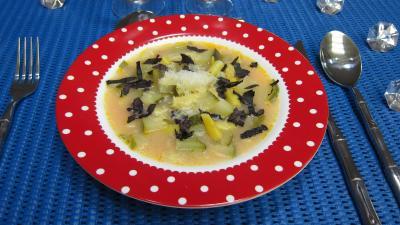Au micro-ondes : Assiette de soupe de courgettes au micro-ondes