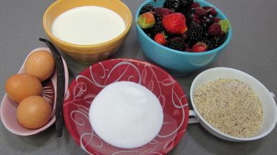 Ingrédients pour la recette : Glace aux noisettes et fruits rouges