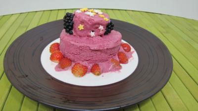 Dessert glacé : Assiette de glace aux noisettes et fruits rouges