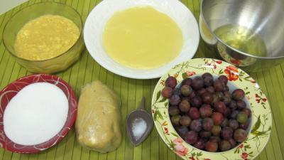 Ingrédients pour la recette : Tarte meringuée aux petites prunes