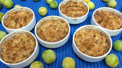 compote pomme : Part de crumble aux prunes