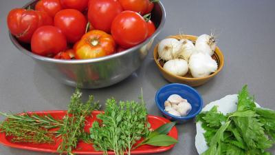 Ingrédients pour la recette : Sauce tomate au basilic en conserve