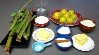 Ingrédients pour la recette : Crumble à la rhubarbe et nashis