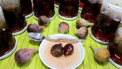 fruits confits : Coupelles et pots de figues confites aux épices