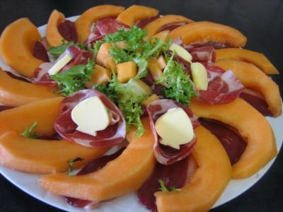 entrée à base de jambon : Assiette de melon et ses jambons