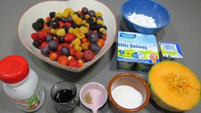 Ingrédients pour la recette : Fruits rouges et fruits d'été aux petits suisses