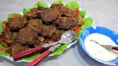 Cuisine mauricienne : Plat de pakoras ou beignets de courgette et aubergine
