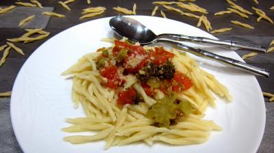 piment doux : Assiette de pâtes trofie liguri alla puttanesca