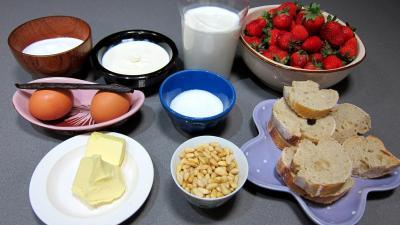 Ingrédients pour la recette : Pain perdu aux fraises et aux pignons