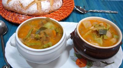 soupe : Petits bols de soupe de brocolis et légumes