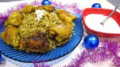 curcuma poudre : Assiette de Biryani de poulet et bol de sauce
