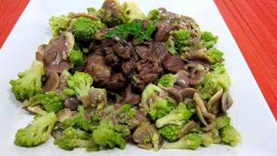 Image : Assiette de coeurs de carnard, légumes et sauce béchamel au vin rouge