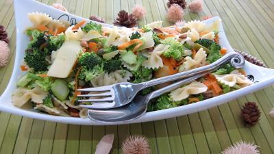 câpre : Saladier de farfalle et brocolis en salade
