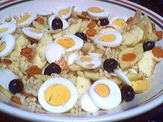 entrée à base de pâtes : Assiette de salade de pâtes et oeufs