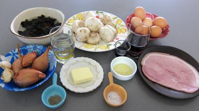 Ingrédients pour la recette : Oeufs au vin rouge et champignons
