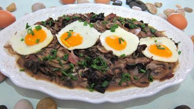 Oeufs : Assiette d'oeuf au vin rouge et champignons
