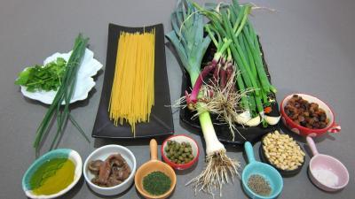 Ingrédients pour la recette : Spaghettis aux pignons de pin, et aux raisins secs