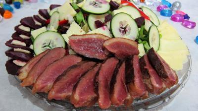 entrée à base de volaille : Assiette de salade de magret au Cantal