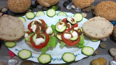 vinaigre balsamique : Assiette de bruschettas à la tomate