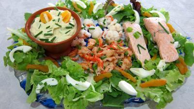 entrée à base de coquillages et crustacés : Assiette de salade de la mer