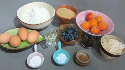 Ingrédients pour la recette : Cake aux abricots et aux myrtilles