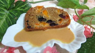 cake sucré : Assiette de cake aux abricots et myrtille avec sa crème aux abricots et noix de coco