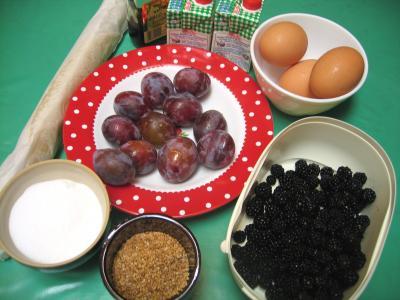Ingrédients pour la recette : Quiche aux prunes et aux mûres
