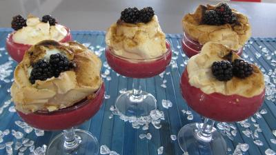 Crèmes sucrées : Coupe de crème anglaise aux mûres et sa meringue