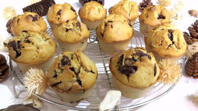 muffins : Muffins au pépites de chocolat et sa grille de refroidissement