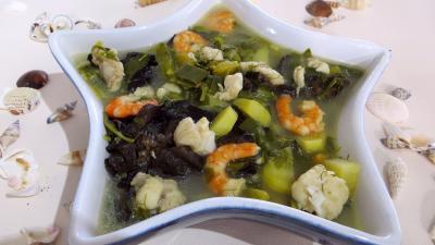 entrée à base de poisson : Soupière de soupe de lotte d'automne aux légumes