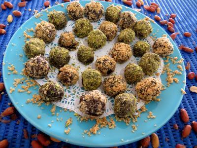 chocolat noir : Assiette de truffes pistaches et cacahuètes