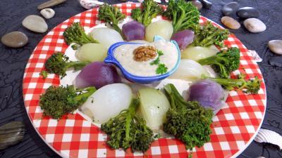 Image : Assiette d'oignons et brocolis à la vapeur