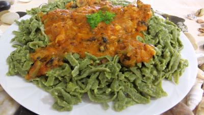 Olive noire : Assiette de tagliatelles fraîches aux épinards et sa sauce au Vésuve