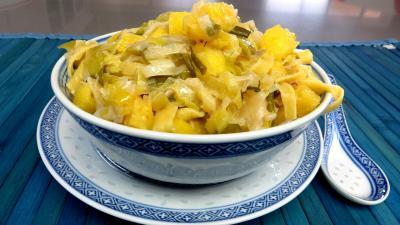 Pâtes alimentaires : Bol de tagliatelles fraîches aux oignons et ananas