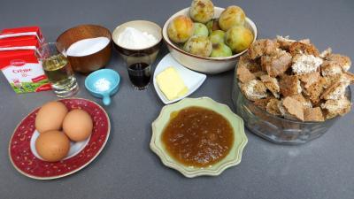 Ingrédients pour la recette : Clafoutis aux prunes jaunes